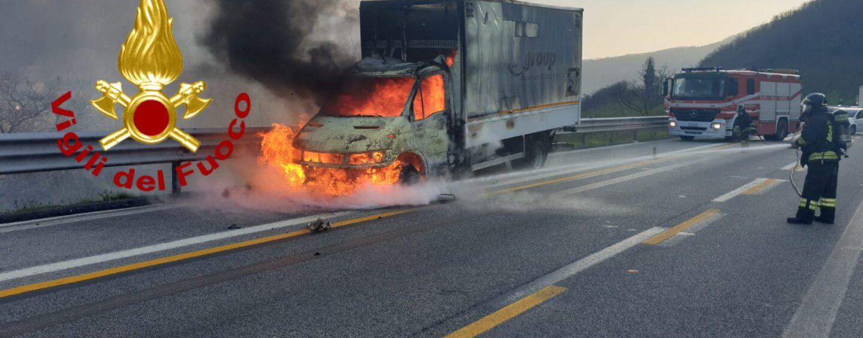 A16, autocarro prende fuoco: conducente impaurito ma salvo