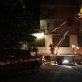 VIDEO / Avellino, fiamme su un terrazzo: intervengono i Vigili del Fuoco