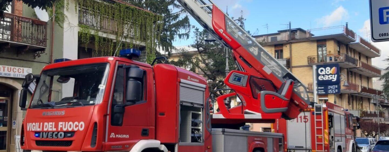 Incendio in un sottotetto a Montella: stabile evacuato a scopo precauzionale