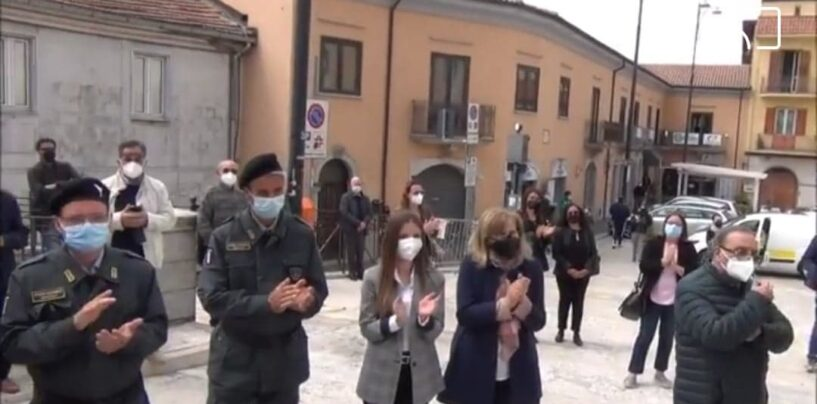 Ariano ricorda le vittime del Covid: 48 rintocchi di campane ,una lapide e tanta commozione/VIDEO