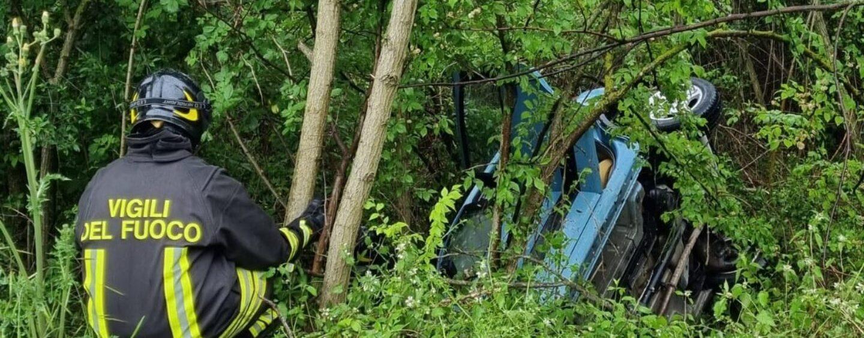 FOTO / Ariano, esce fuoristrada con l'auto e resta incastrato: estratto dai pompieri
