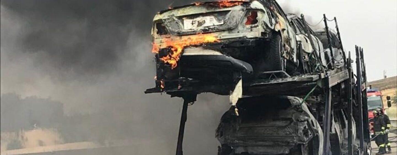 FOTO / Bisarca con nove auto a fuoco, paura sulla Napoli-Canosa