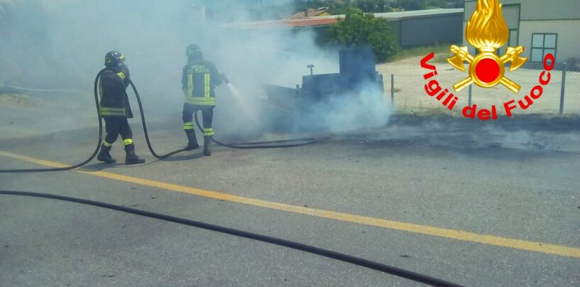 Furgone in fiamme sulla SS 7 Appia: in sei si salvano per un soffio