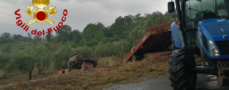 Si ribalta e resta schiacciato dal trattore, muore 47enne: tragedia a Tufo