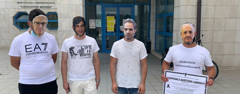 """Mascherati da politici davanti all'ospedale di Avellino: la protesta del comitato """"A difesa del Landolfi""""/VIDEO"""