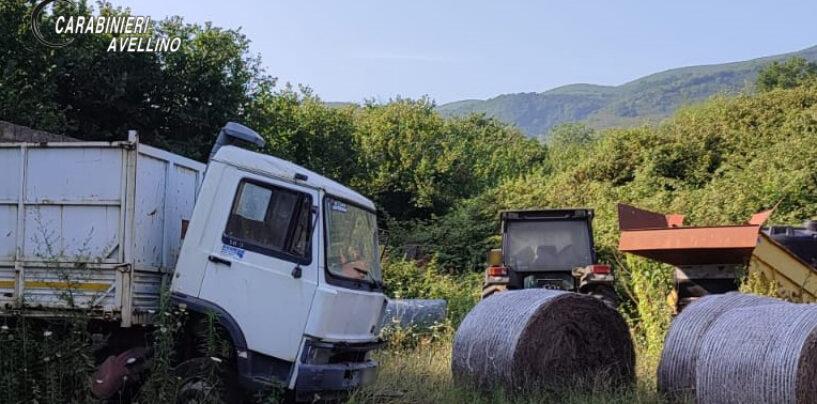 FOTO / Rifiuti vari e veicoli abbandonati, i carabinieri a Domicella sequestrano area di 28mila metri quadrati