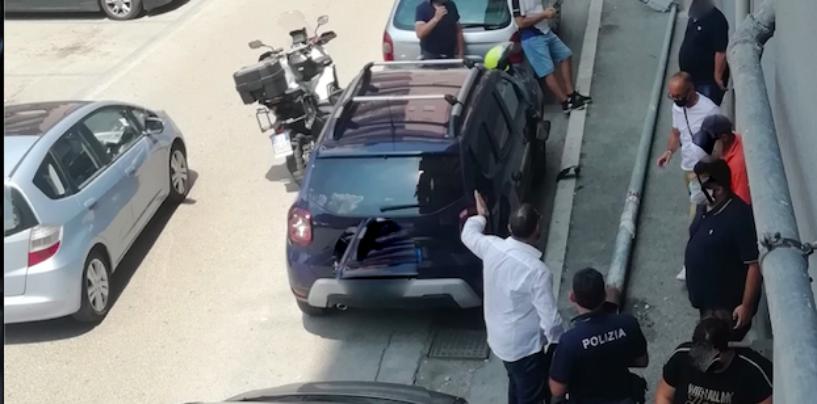 FOTO/ Via Degli Imbimbo, palo della luce cade e danneggia due auto