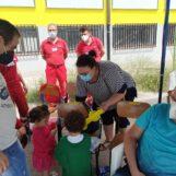 """FOTO E VIDEO / Giochi per bambini, acqua, cibo, settimana enigmistica e vaccini: la mattinata degli """"sfollati della bomba"""" a via Morelli e Silvati"""