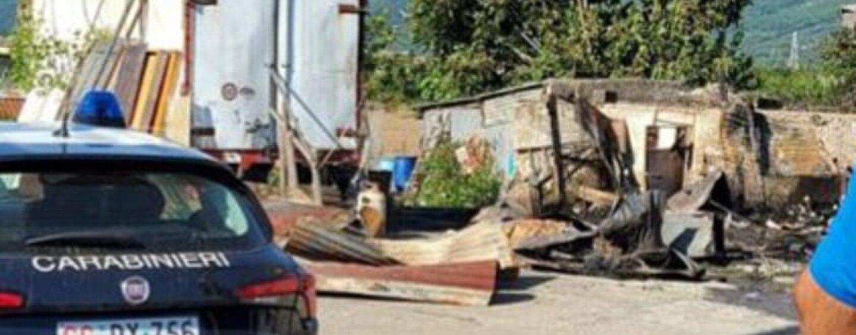 Il fuoco distrugge un deposito a Montoro: indagini dei Carabinieri