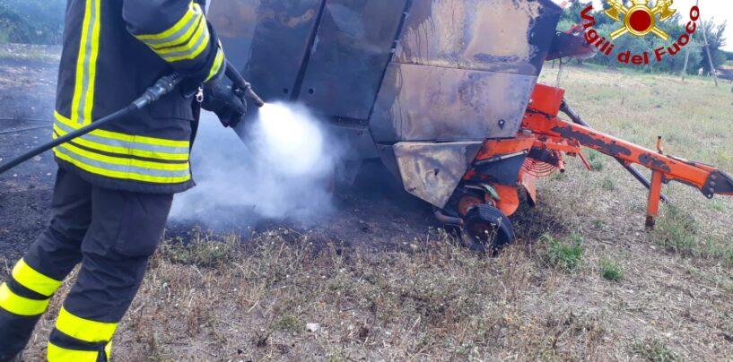 Fontanarosa, prende fuoco un mezzo agricolo: intervengono i caschi rossi