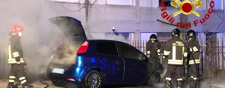 FOTO / Due auto in fiamme a Monteforte Irpino: l'intervento dei vigili del fuoco