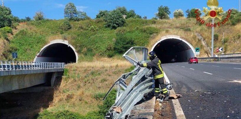 Incidente sull'A2, camion precipita giù dal viadotto: due i morti