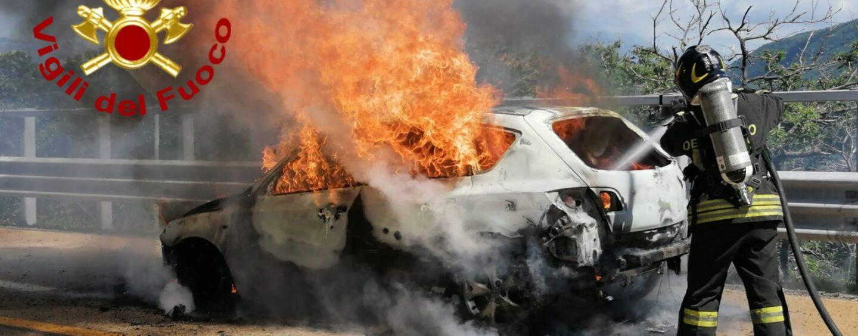 Paura sull'A16, va a fuoco un' autovettura: salve le 4 persone a bordo