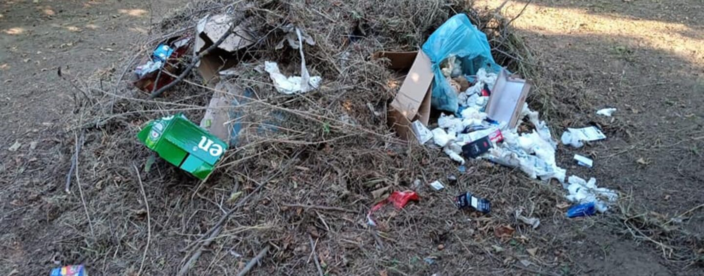 Plastica pronta a essere incendiata: la denuncia da Prata