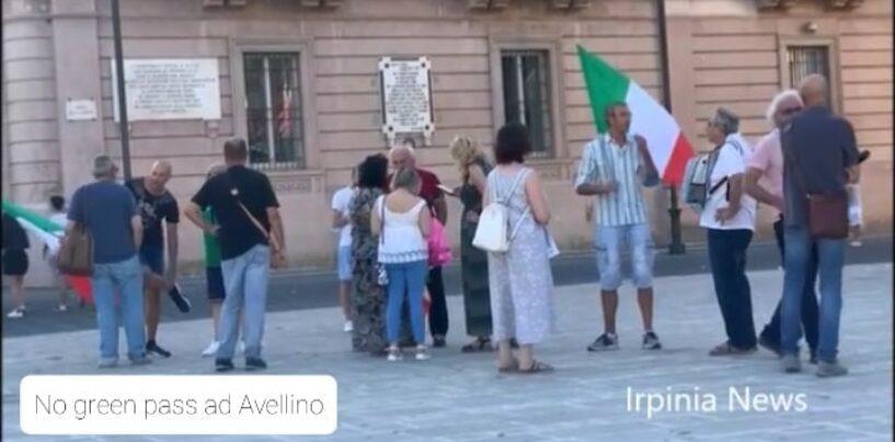 """Avellino, i No green pass tornano in piazza: """"No alle restrizioni e no ai vaccini, non siamo cavie""""/VIDEO"""