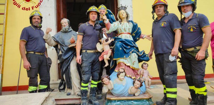 FOTO / Taurano, crolla il soffitto ligneo della Chiesa: i vigili del fuoco portano in salvo le statue