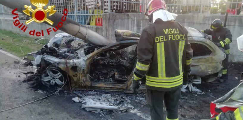 FOTO / Venticano, auto dopo incidente prende fuoco: 27enne in ospedale
