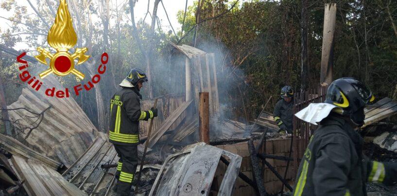 FOTO / Grottaminarda, casolare abbandonato in fiamme: ore di lavoro per tre squadre di pomperi
