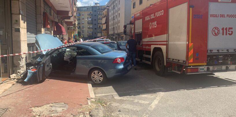 FOTO/ Auto contro palazzo, paura a via Degli Imbimbo: soccorsa una donna
