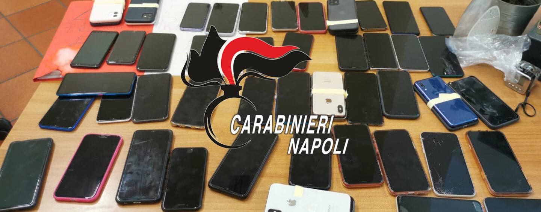 Napoli, 55 telefoni nel suo zaino, molti rubati: 24enne denunciato