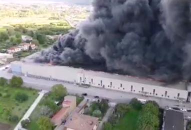 """Incendio Airola: """"Chiudete le finestre e lasciate le case se invase dal fumo"""". Disagi anche a Capodichino"""