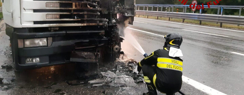 Autotreno in fiamme sull'A16: pronto intervento dei caschi rossi