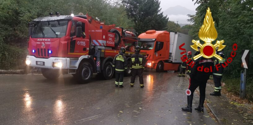 Atripalda, camion che trasporta ortofrutta finisce fuori strada: recuperato con l'autogru