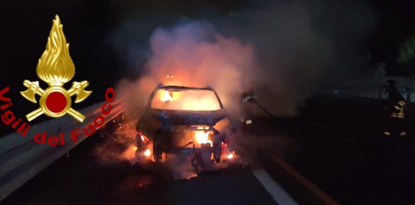 Autovettura in fiamme sull'A16: salvo il conducente