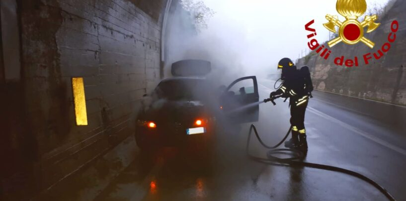 Chiusano, prende fuoco un'auto: paura sotto la galleria