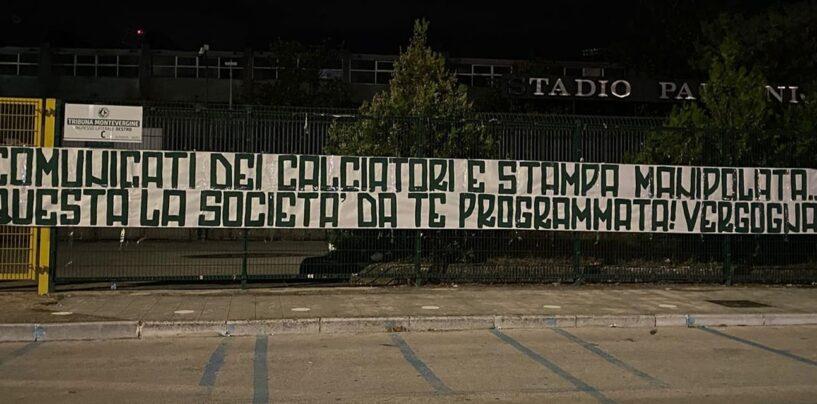 """""""Comunicati dei calciatori e stampa manipolata"""": Avellino, duro striscione della Curva Sud"""