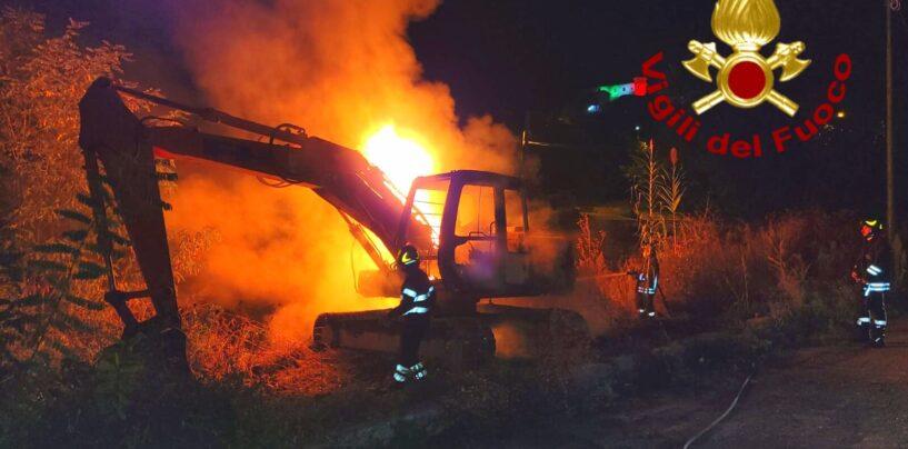 Grottolella: escavatore in fiamme