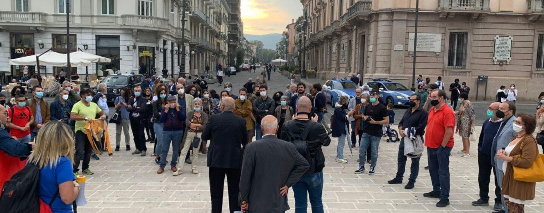 Sit in di solidarietà per Mimmo Lucano, prof in pensione si sente male: ricoverato
