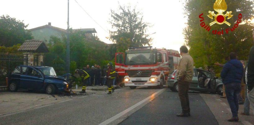 Spettacolare incidente a Monteforte, due conducenti restano intrappolati nei veicoli