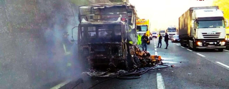 In fiamme sull'A16 camion carico di bombole di gpl, ferito l'autista