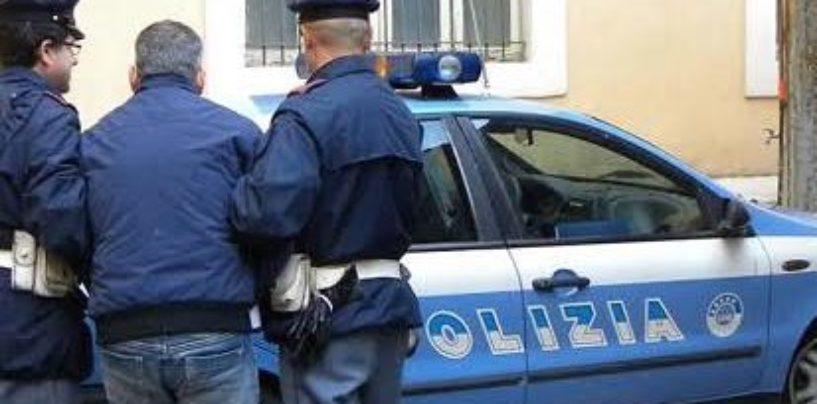 Semina il panico in città per sfuggire alla Polizia, ferito un uomo