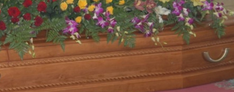 Funerale finisce in rissa: donna sputa su una bara e viene linciata