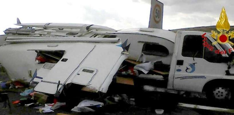 Incidente sull'A16, camper si ribalta: famiglia in ospedale