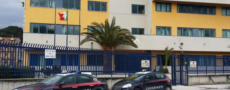 Disturba i clienti di un negozio e aggredisce i Carabinieri: arrestato 22enne
