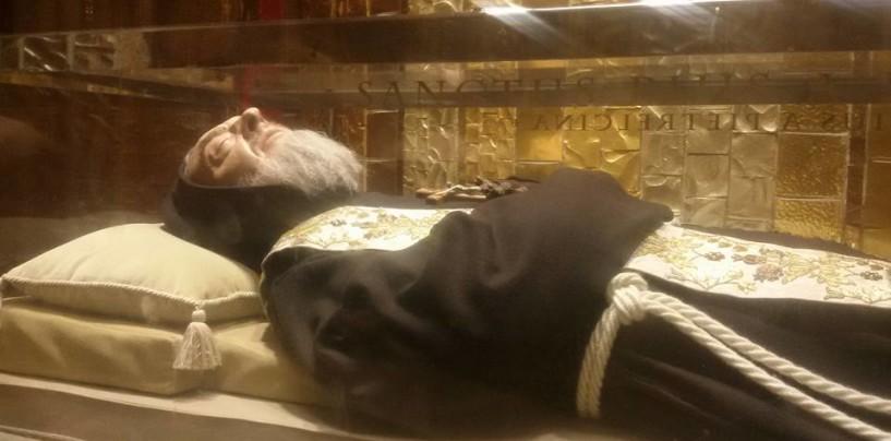 """""""Ci vediamo tra cent'anni"""", le spoglie di Padre Pio in viaggio verso Pietrelcina"""