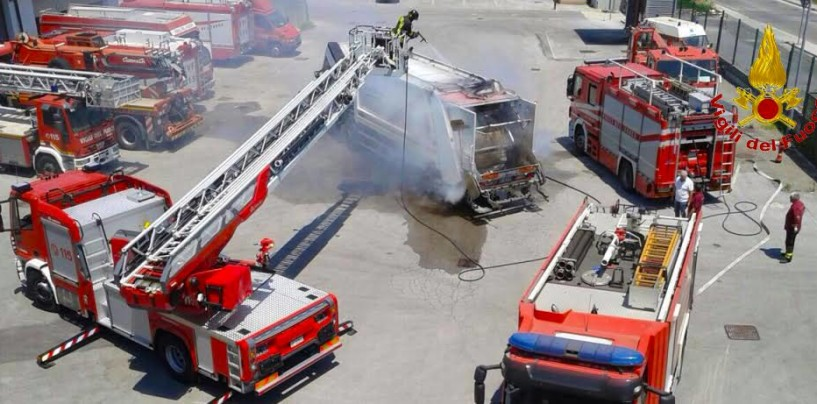 In fiamme autocompattatore lungo la Variante, intervengono i Vigili del Fuoco
