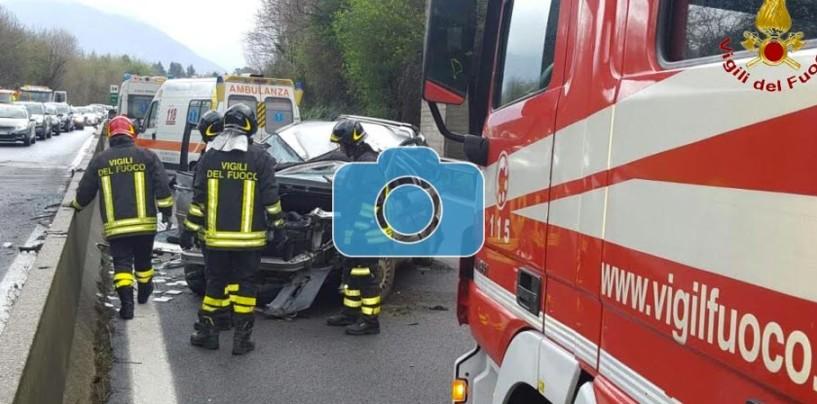 FOTO/ Spaventoso incidente sul Raccordo Avellino-Salerno, conducente salvato dai Vigili del Fuoco
