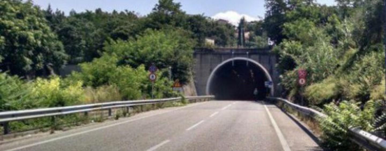Benevento – Materassi sulla carreggiata, si scontrano auto e ambulanza