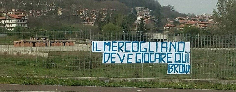 """""""Il Mercogliano deve giocare qui"""", striscione affisso davanti al cantiere del campo sportivo"""
