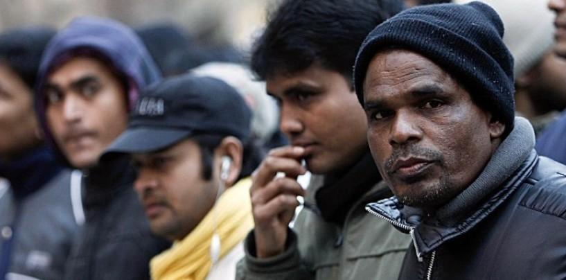 """Lenzuola bianche contro l'arrivo dei profughi: """"Non siamo razzisti, colore segno di resa"""""""