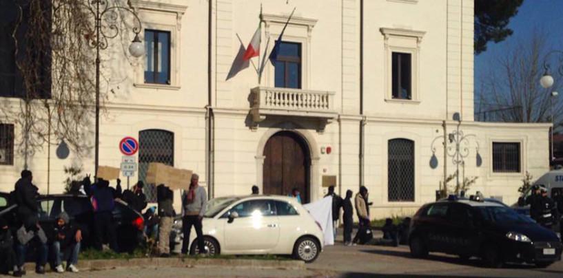 Rivolta degli immigrati a Viale Italia: momenti di tensione con le forze dell'ordine