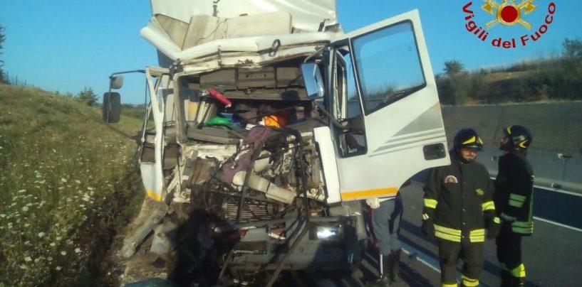 Incidente sulla Napoli-Bari, impatto tra due tir. Un conducente incastrato tra le lamiere salvato dai Vigili del Fuoco