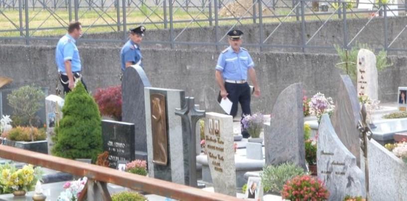 Cede una lastra di marmo, 72enne cade in una tomba
