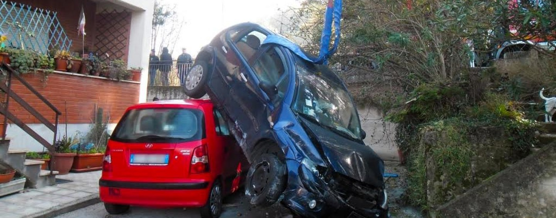 Manocalzati, sbanda con l'auto e precipita su un'altra vettura parcheggiata