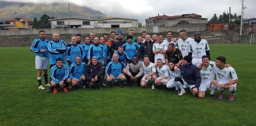 FOTO / Calcio e beneficenza: la polizia penitenziaria batte i detenuti in amichevole