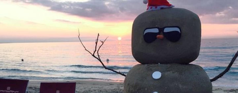 """Natale 2015: c'è chi festeggia in bikini, a Gallipoli spunta un """"pupazzo di sabbia"""""""